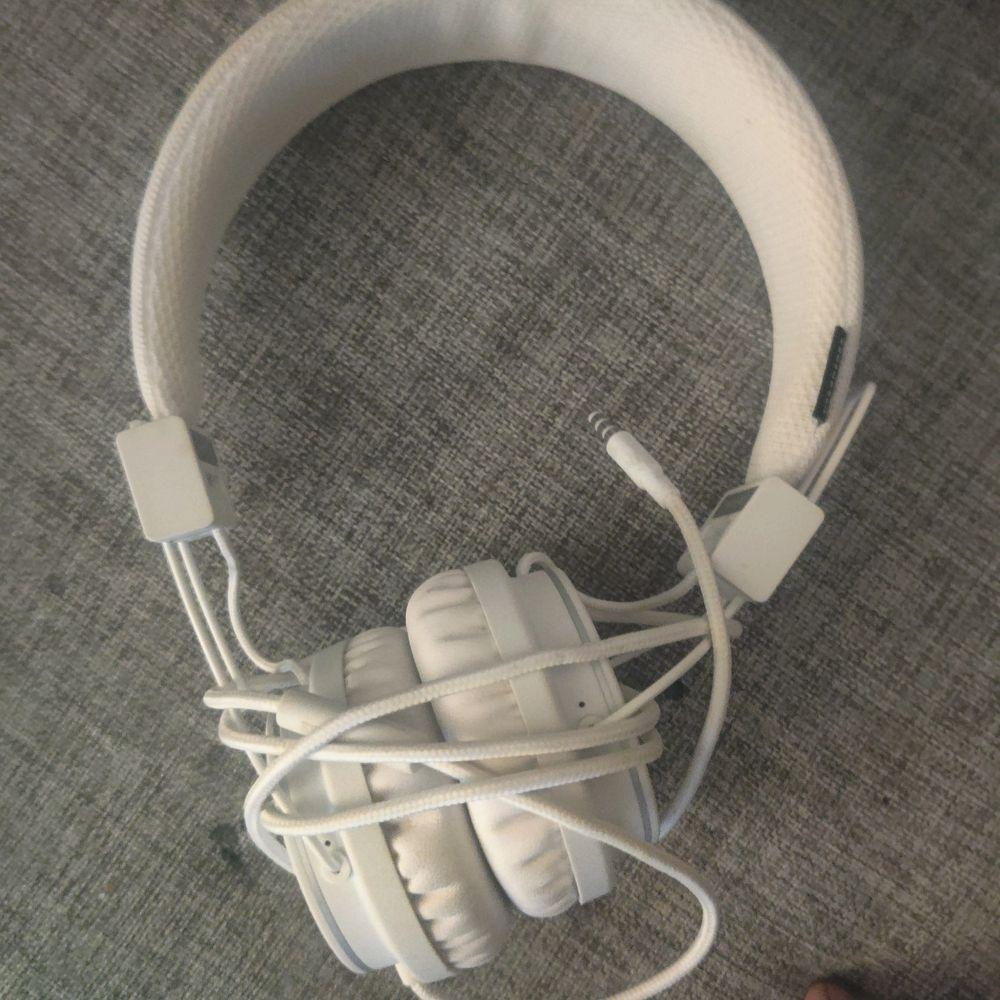 Fick ett par urban ears men hade redan bluetooth headset dem kostar 500 men säljer dem för 250. Accessoarer.