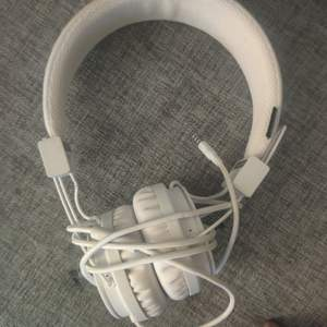 Fick ett par urban ears men hade redan bluetooth headset dem kostar 500 men säljer dem för 250