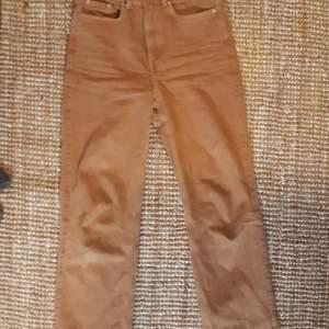 Högmidjade Row/Rowe jeans från weekday. Köpta förra vintern och rätt sparsamt använda. Har blivit lite för stora och använder dom sällan. Är orangea/ljusbruna/terracotta, en väldigt snygg färg. Har alltid haft dom uppvikta för dom långa mig men passar nog någon pytte längre än mig som är 164.