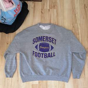 As soft grå vintage collage sweater i en as fin boxypass form och feel free och slänga ett bud! HÖGSTA bud är nu 400