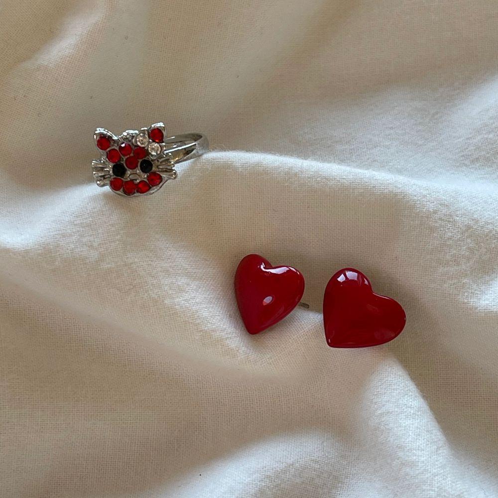 Röda ❤️-örhängen köpta secondhand kostar 40kr.          Hello Kitty ring med strass kostar 40kr. Justerbar                            12kr frakt tillkommer på ett köp ( köper man båda är frakten bara 12kr)❣️. Accessoarer.