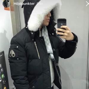 Jackan är som ny, luktar nytt och är använd endast en vinter. Jag har byggt upp mig så att jackan blivit liten för mig. Kvitto, kartong och samtliga etiktter finns, köpt från johnells. Nypris : 9999 // jag står för frakt kostnad vid leverans 📦