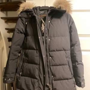 Säljer min vinterjacka från märket Hollies (subway) som är inköpt förra vintern. Storlek: 36 (S)  Den är alltså bara använd en vinter. Köpt från Johnells nypris 4699 kr. Säljs för 3000 kr priset kan diskuteras vid snabb affär.