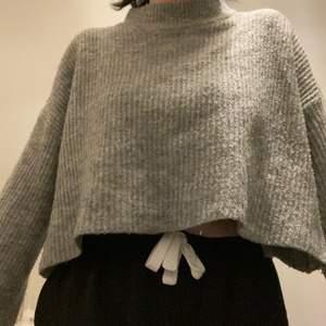 Nästan aldrig använt. Jättefin tröja men passar tyvärr it min stil så därför säljer jag den, lite utsvängda ärmar. Skönt material och storlek: S