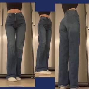 💗💗rensar garderoben💗💗 säljer dessa slutsålda supersnygga jeans från zara!! Jag är 170cm men de går också att klipp då de är raw cut! Storlek 34🥰 typ aldrig andvända! Frakt 66