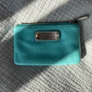 Säljer min söta plånbok från marc by Marc Jacobs. Nästan aldrig använd. Kan även användas till nycklarna