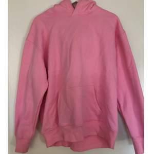 Säljer denna rosa hoodie. Aldrig använd pga inte samma färg som på hemsidan. Storlek XL men väldigt oversized. Sitter lite oversized men inte överdrivet på mig som vanligtvis har S. 200kr + frakt. Pris kan diskuterad vid snabb affär.💕