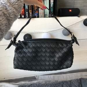 Snygg svart väska med avtagbart axelband. Rymlig men inte för stor. Bra med fack på insidan, aldrig använd. Nypris va 579kr