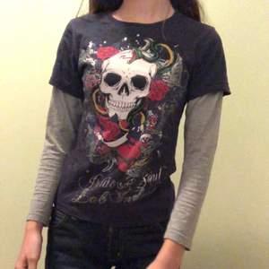 Superbra skick! Mörkblå T-shirt med gråa ärmar, coolt tryck!