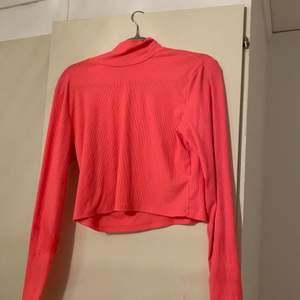 En jättefin croppad tröja från hm som jag aldrig fått användning för, liten fläck på innerarmen så skriv för bilder privat!💋 den är lite mer ljusrosa i verkligheten💘