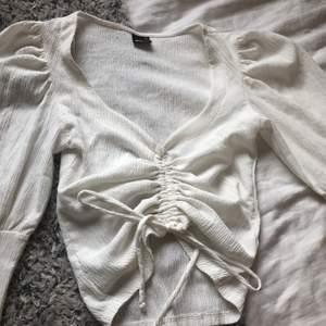 Säljer min sjukt fina tröja från gina jag köppte i sommras. knappt annvänd och i jättefint skick. Superskön och inte genomskinlig, säljer då den inte annvänds.