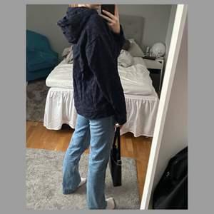 Säljer denna ursnygga mörkblåa hoodie med svart monogram på💙 Har en jättemysig & stor luva och behöver endast en strykning för att vara i toppskick😁 Hoodien är i storlek M men passar många andra storlekar eftersom den är oversize, jag brukar ha S och är 165cm för referens💙 + frakt tillkommer på 66kr