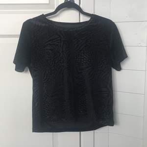 En svart t-shirt med tiger/leopard mönster. Tröjan är i sammet material och väldigt skön. Storlek S. 💕KÖPARE STÅR FÖR FRAKT💕