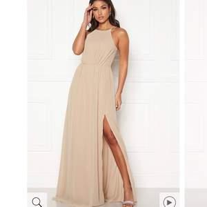 Säljer min fina fina balklänning som jag aldrig fick användning av pga inställd bal. Super fin neutral färg och ryggen är så så så fin. Köpt på bubbleroom, storlek 34.   Obs: Frakten är inkluderad i priset!