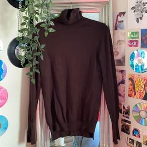 brun polotröja från zara, storlek M! säljer för 110kr inklusive spårbarfrakt!