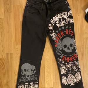 Jättecoola jeans med cool design!! Men tyvärr passar inte mig så jag har aldrig använt och är i bra skick såklart❣️ *dm om ni vill ha flera bilder*