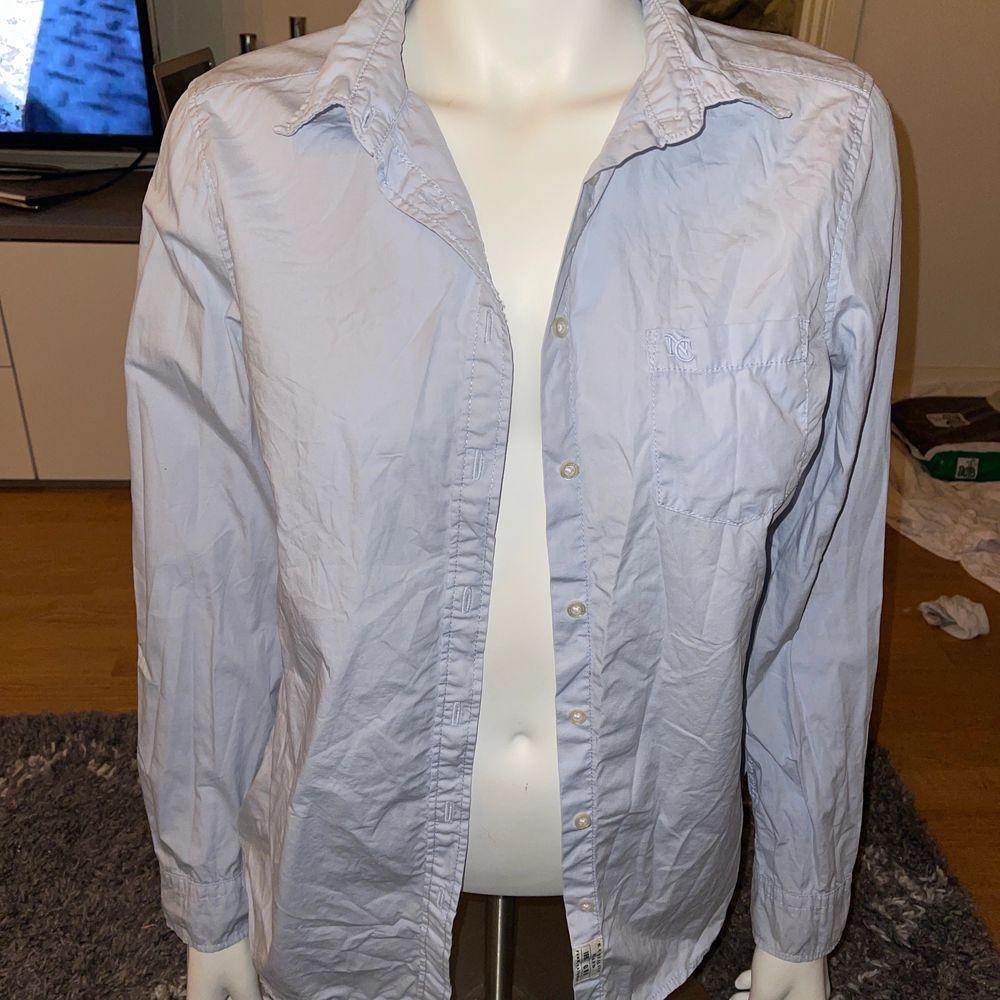 Skjorta i fin ljusblå färg, perfekt för våren, oanvänd . Skjortor.