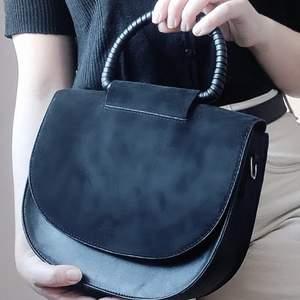 Svart väska från Carin Wester med mockaimitation och fakeskinn, kan användas med eller utan axelband. Nyskick.✨ Köparen står för frakt på 66kr.