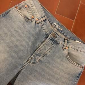 Säljer mina sjukt snygga junkyard nevermind jeans! Dom är bara använda ett par fåtal gånger och därför i vädkigt bra skick! Nypris är 499 kr! Dom är i storlek 30 men passar mer än så beroende på hur man vill att dom ska sitta! Frakt kommer tillkomma på ca 80kr!💗
