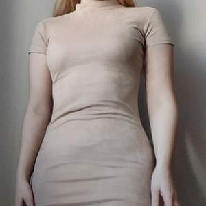 Superfin och skön klänning i nude mocka-material. Storlek S. Ganska stretchigt tyg men är tight på mig som är storlek M. Endast använd en gång. ✨ Köpare står för frakt på 48kr.