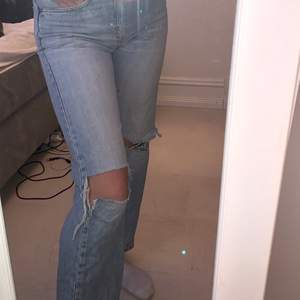 Ljusa raka jeans med hål! Gjort hålen själv🤍dem är köpta secondhand och det står ingen storlek men passar på mig som brukar ha S💕 säljer för 200! Kan mötas upp i Örebro. Köparen står för frakten