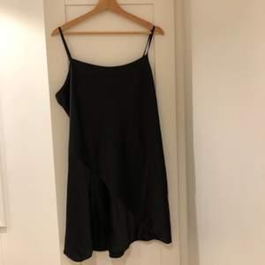 Svart slipklänning i siden från ASOS. Helt oanvänd, endast testad. Beställde i två olika storlekar men glömde skicka tillbaka den ena, bilden på mig är samma klänning men en annan storlek. Köparen står för frakt!