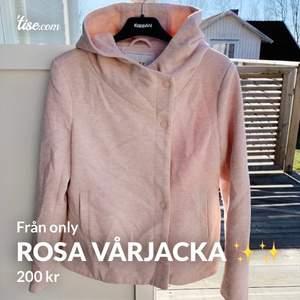 Säljer min fina rosa fräscha kappa!! Storlek M men passar även en som är S! Otroligt fin och söt 🌟 Köparen står för frakten & kan tänka mig diskutera priset vid snabb affär 😜🌸🤩