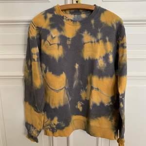 Grå och gul tie dye sweatshirt. Inköpt på en second hand affär i paris. Storlek M!