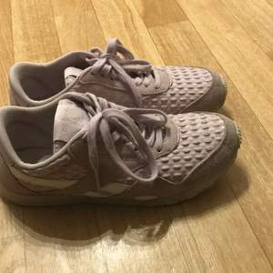 Lila Reebok skor i storlek 37