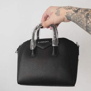 Givenchy antigona mini, replika. Oanvänd, 1:1 kvalite. Var en present som aldrig gavs bort. Kan skickas mot fraktkostnaden