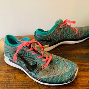 Nike löparskor i väldigt fint skick använt fåtal gånger.