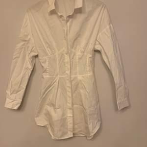 En skjortklänning från shein. Säljer den pågrund ut av storleken, skulle säga att den är xs.