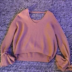 Säljer denna rosa mysiga tröja då det inte är min stil, finns en liten öppning i ryggen och vid ärmarna så knyter man en liten rosett men om någon vill ha bättre bilder så är det bara att skriva! ☺️