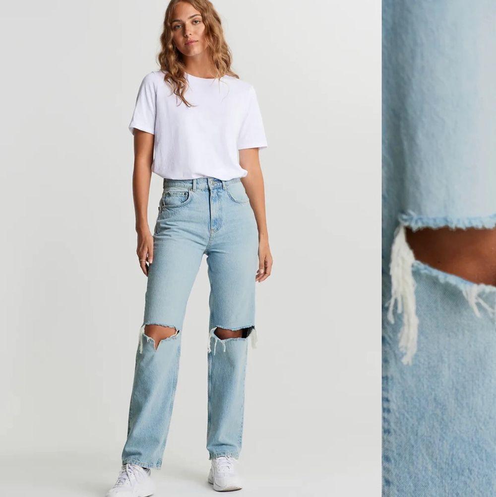 Säljer dessa populära gina jeans, aldrig använda och har även prislappen kvar. De är i storlek 34.                             Köparen står för frakten.. Jeans & Byxor.