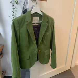 Snygg grön sammetskavaj från märket Holly & white. Priset är inklusive frakt, möts inte upp❣️