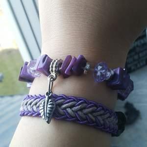 2 super fina lila armband som aldrig kommit till användning. Armband med lila stenar och berlocker- 20 kr. Handgjord, flätat lila armband- 15 kr. Eller båda för 30 kr!