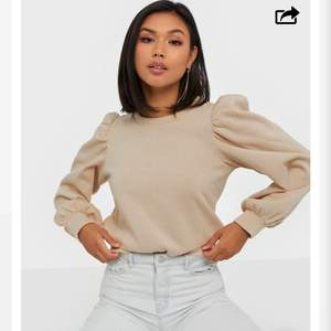 Säljer denna beige tröja med puffärm från Nelly.com. Storlek S. Endast använd ett fåtal gånger. 150kr + frakt.