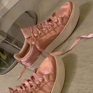 Säljer dessa skor för att det tyvär inte kommer till användning så mycket💞