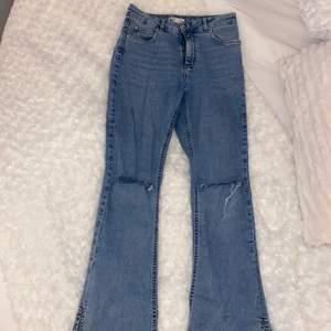 Super fina Gina tricot jeans Bottcut med hål och slits nere vid benet, dom är blåa super fina och sitter super bra vid rumpan och bra form vid midjan! Använd några få gånger va 2-3 gånger och säljer pågrund av de inte kommer till användning, DOM ÄR HELT FEL FRIA! Precis som nya🥰 (PRIS KAN DISKUTERAS)