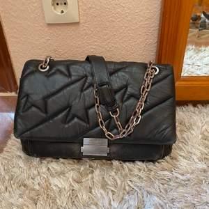 Säljer min super snygga Zadig ziggy XL bag eftersom jag inte använder den så ofta. Finns inte längre att köpa. Nypris 5000kr. Mått: 32 x 19 x 9 cm. Få slitningar se första bilden.