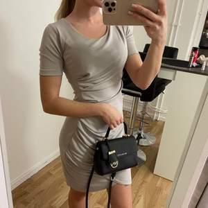 Klänning från H&M modern classic grå/beige i storlek XS, super stretchigt material. Klänningen är använd men har mycket kvar att ge dock har jag fått någon fläck på höger arm som säkert går bort med vanish/galltvål (har ej provat själv)  💰Pris: 45kr 🚚Fraktkostnad: 57kr (spårbart)