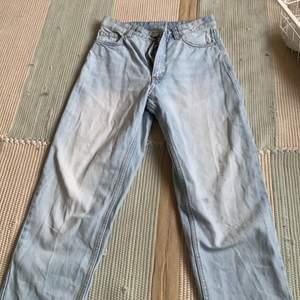 Coola jeans från monki i storlek 24 fett fina och är mjuka original pris 400
