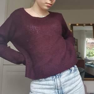 SKITSNYGG VINRÖD/LILA KOFTA! Aningen see thru enligt mig, men det är en snygg detalj om man har en nice bh under☺ Perfekt till ett par ljusare jeans eller till något silversmycke😌