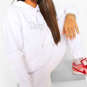 Säljer denna fina rhinestone hoodie från boohoo. Knappt använd och jättebekväm❤️ kontakta mig för fler bilder