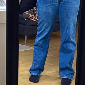 Säljer mina älskade Levis jeans. Se bild fyra för en liten defekt. Storlek W 34 L 34 men passar mig som har cirka 38-40.