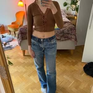 Hur trendig tröja!!??? Älskar denna, speciellt att den är brun, men den är lite för tight för mig tyvärr, så måste sälja vidare... Jag köpte den här på plick och har använt den en gång!    Jag är 166/167cm lång och har storlek S/36 i kläder, men har oftast större storlek i kläder för jag gillar oversized fit(så ni har ngt att utgå ifrån)  🤝Budgivning sker i kommentarerna, men skriv privat att ni är med och budar.  🤝Jag meddelar vinnaren av budgivningen.  🤝Spårbar frakt på 66kr tillkommer, jag skickar med postnord appen.