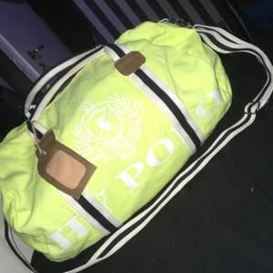 Superfin väska från HV Polo i neongul färg. Sparsamt använd och i jättefint skick. Den har ett avtagbart axelband och en namnlapp i läder.  Köptes för 500kr och säljer för 200kr plus frakt på 66kr❤️