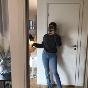 Säljer mina as fina jeans med slits från Zara i XS, sitter väldigt tajt så rekommenderar dem för er som är en XS och inte över
