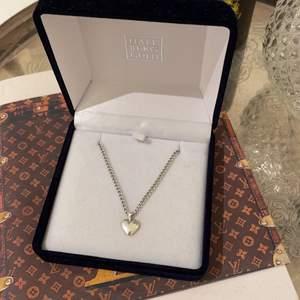 Silver halsband, med längre kedja. Både äkta silver kedja och silver hjärta (925). Halsbandet är från hallbergsguld och är bara användt några gånger (bra skick).