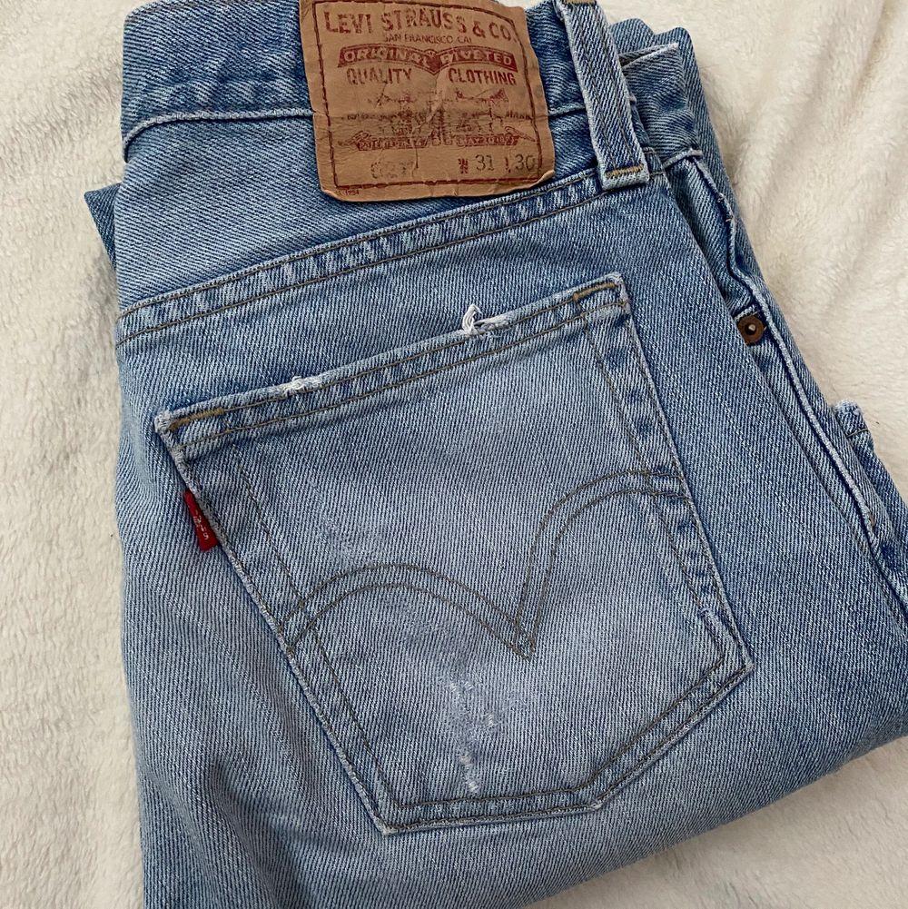 Fina Levis jeans i begagnat skick. Finns en liten fläck på vänstra benet som syns på bild! Samt att jeansen är lite slitna i slutet på benen.  Mått på jeansen på golvet: beninnerlängd: 74 cm. Midjemått från sida till sida: 37 cm Bud från 150 kr 😇 Budstopp sätts efter första budet! 💕. Jeans & Byxor.